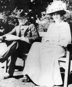 Tânărul Winston Churchill și logodnica sa Clementine Hozier cu puțin timp înainte de căsătoria lor în 1908